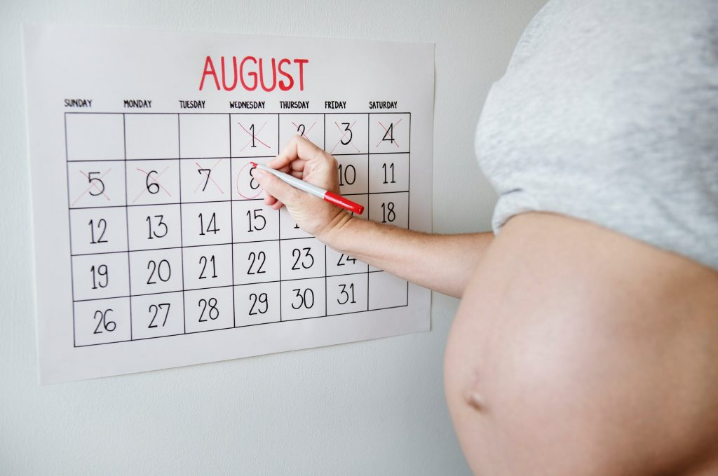 A pregnant woman marks dates